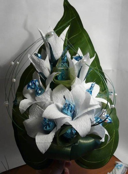 Лилии с конфетами из гофрированной бумаги своими руками 50