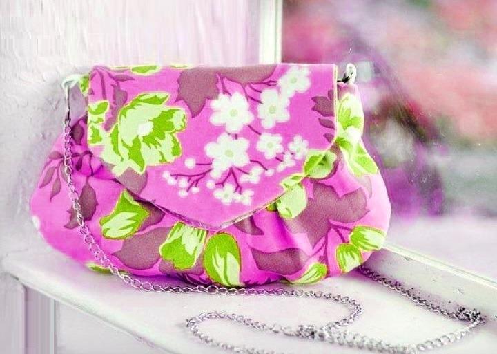 27e2a9930ec6 В зависимости от выбранной ткани можно сшить сумку на любой возраст. Если в  качестве внешней отделки вы возьмете бархат или атлас, у вас получится ...
