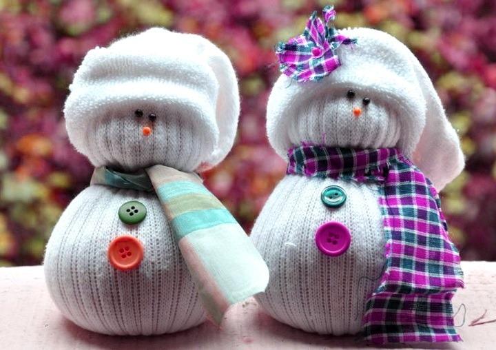 kak-sdelat-snegovika-iz-noska-svoimi-rukami-5 Снеговик из носков. Мастер-классы