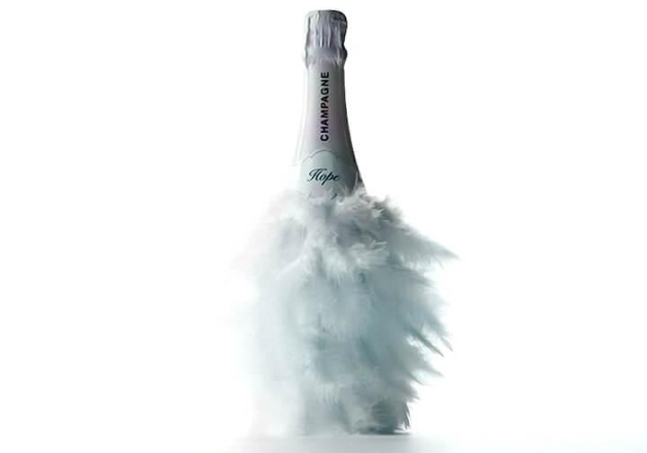 оформление бутылки перьями